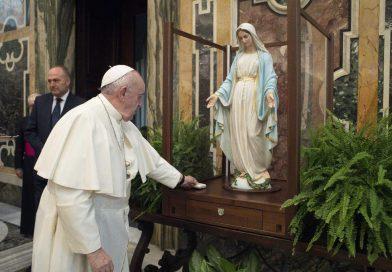 Papa Francesco benedice statua della Beata Vergine della Medaglia miracolosa